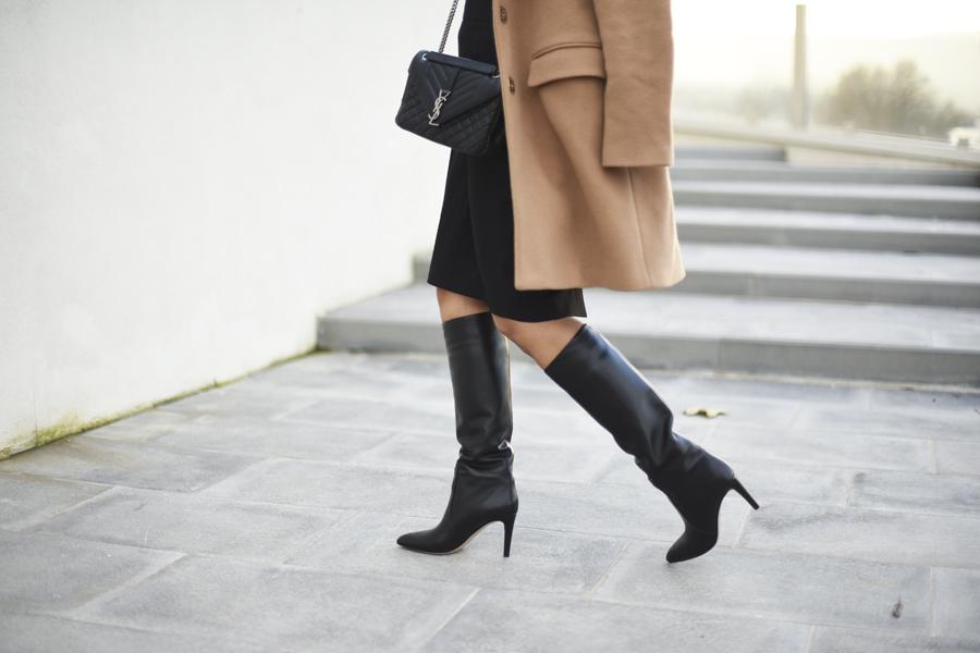 stivali-neri-outfit-fashion-mini-gonna-cappotto-cammello